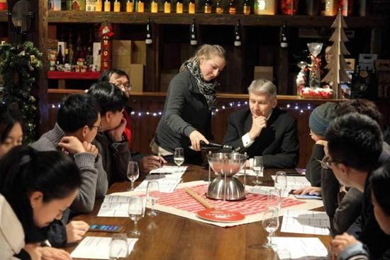 维京游轮客人在Klipfel酒庄品尝雷司令